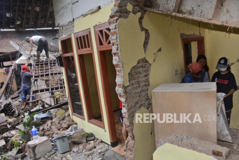 Rumah mengalami kerusakan akibat gempa Malang (ilustrasi)
