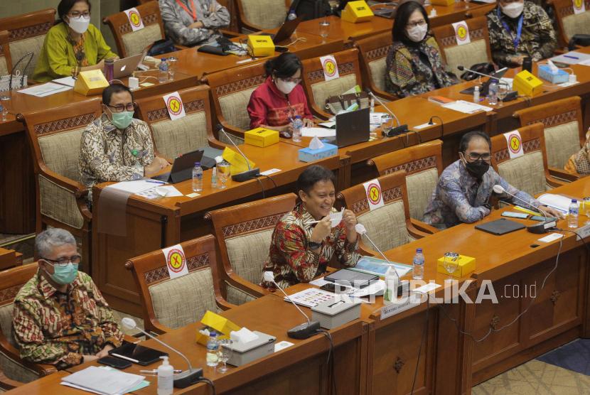 Menteri Kesehatan Budi Gunadi Sadikin (tengah bawah) didampingi Direktur Utama PT Bio Farma (Persero) Honesti Basyir (kanan bawah) menghadiri rapat kerja dengan Komisi IX DPR di Kompleks Parlemen Senayan, Jakarta, Selasa (12/1/2021). Rapat tersebut membahas persiapan jelang pelaksanaan vaksinasi COVID-19.