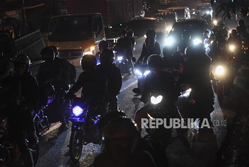 Sejumlah pengendara motor melintas di jalur Pantura, Klari, Karawang, Jawa Barat, Selasa (4/5/2021) dini hari. Jelang larangan mudik 2021 pada 6-17 Mei 2021 jumlah kendaraan sepeda motor yang melintas di jalur Pantura dari arah Jakarta mengalami peningkatan.