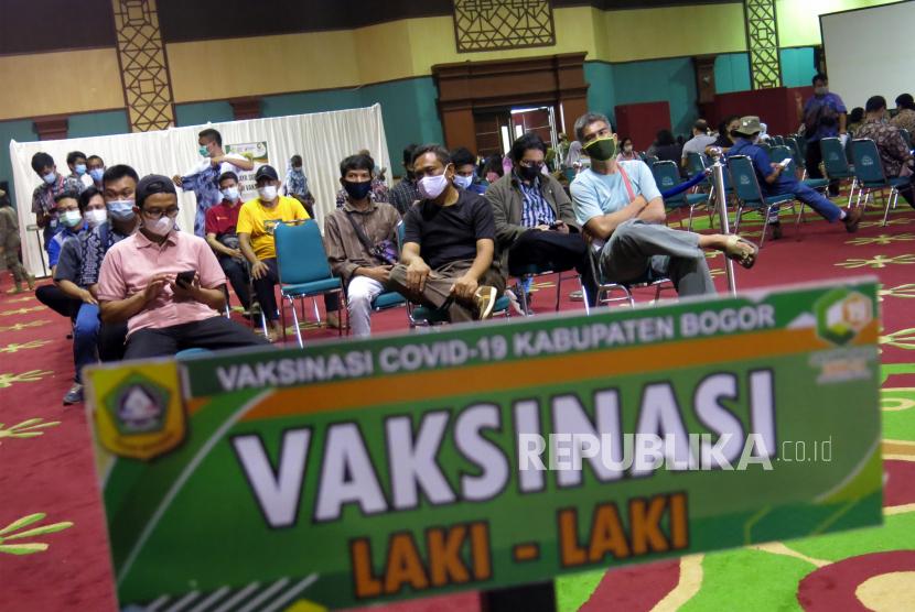 Sejumlah warga antre untuk divaksin COVID-19  di Gedung Tegar Beriman, Cibinong, Kabupaten Bogor, Jawa Barat, Kamis (10/6/2021). Presiden Joko Widodo mendorong percepatan vaksinasi COVID-19 dengan menargetkan 700 ribu penyuntikan per hari mulai Juni dan 1 juta per hari mulai Juli 2021.