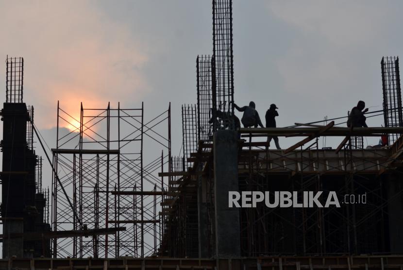 Pekerja menyelesaikan pembangunan gedung perkantoran di Bekasi, Jawa Barat, Selasa (24/8). Kementerian Investasi atau Badan Koordinasi Penanaman Modal (BKPM) mengumumkan, realisasi investasi pada kuartal III 2021 sebesar Rp 216,7 triliun.