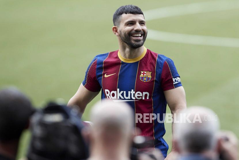 Striker Argentina Sergio Kun Aguero berpose untuk fotografer selama presentasinya sebagai pemain baru FC Barcelona di stadion Camp Nou di Barcelona, ??Catalonia, Spanyol, 31 Mei 2021.