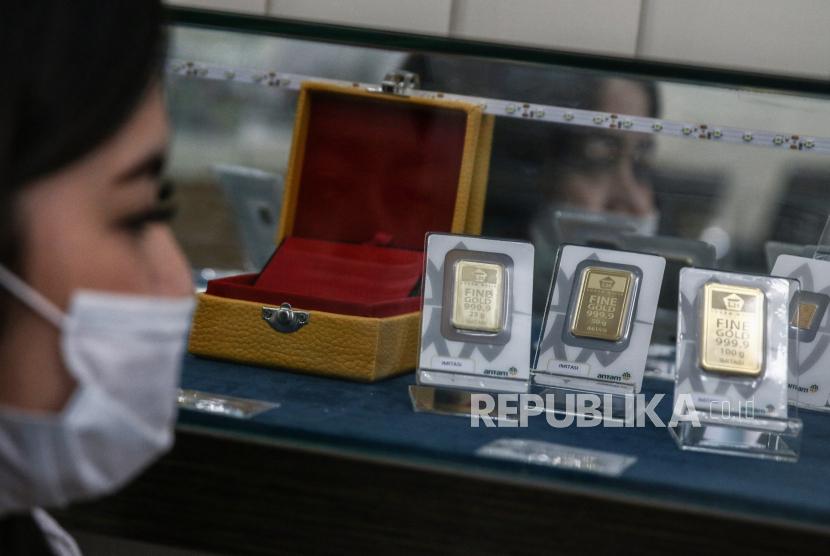 Karyawati menunjukkan replika logam mulia di Jakarta