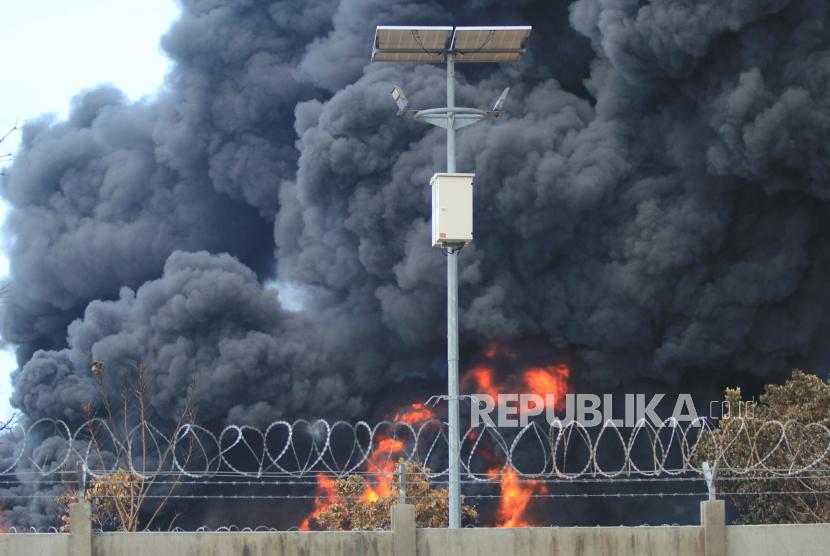 Suasana kebakaran tangki minyak milik Pertamina RU VI Balongan, Indramayu, Jawa Barat, Rabu (31/3/2021). Memasuki hari ketiga pascakebakaran, tim Emergency Pertamina berhasil memadamkan tiga tangki dari total empat tangki yang terbakar.