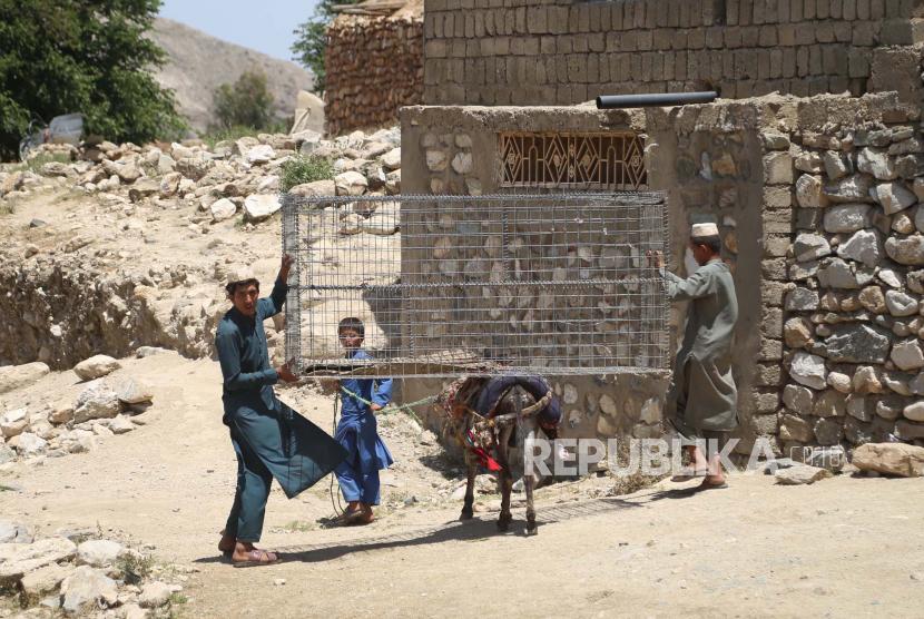 Warga Afghanistan kembali ke desa mereka untuk membangun kembali properti mereka yang hancur setelah pasukan keamanan membersihkan daerah gerilyawan Taliban di distrik Achin di provinsi Nangarhar, Afghanistan, 31 Mei 2021 (dikeluarkan 01 Juni 2021).