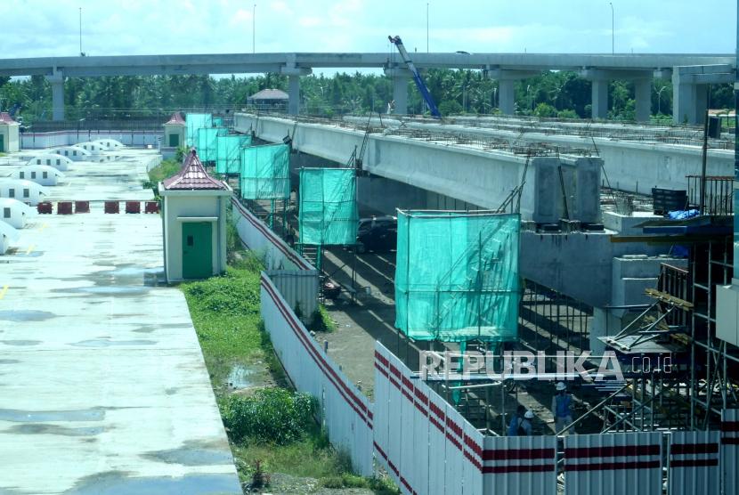 Proyek pembangunan jalur kereta menuju Bandara Internasional Yogyakarta (YIA) di Temon, Kulonprogo, Yogyakarta, Rabu (23/12). Jalur kereta api dengan panjang 5,4 kilometer dari Stasiun Kedundang- YIA dengan biaya mencapai Rp 1,1 triliun. Jalur kereta api ini ditargetkan selesai pada akhir 2021.