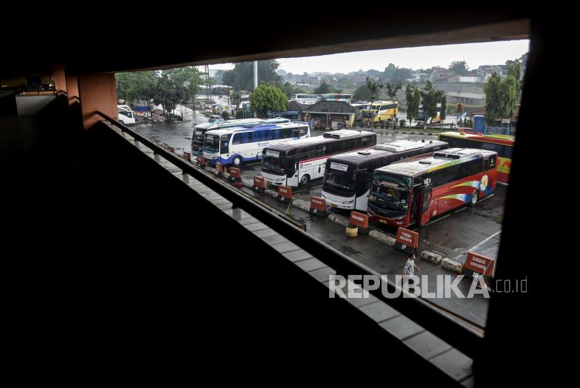 Sejumlah bus antar kota antar provinsi (AKAP) menunggu penumpang di Terminal Kampung Rambutan, Jakarta, Jumat (10/4). Bus AKAP dari luar Jakarta yang akan menuju Ibu Kota diberi batas waktu hingga pukul 18