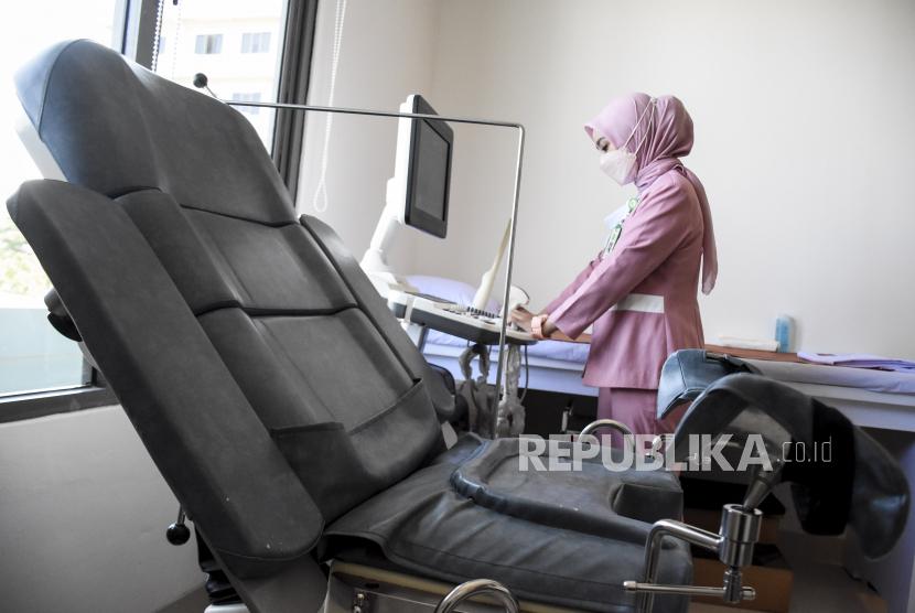 Tenaga kesehatan menggunakan peralatan medis (ilustrasi).