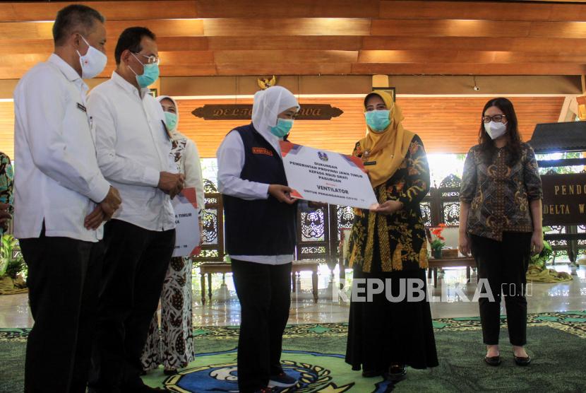 Gubernur Jawa Timur Khofifah Indar Parawansa (tengah) menyerahkan simbolis bantuan ventilator kepada rumah sakit rujukan COVID-19 di Sidoarjo, Pasuruan dan Mojokerto di Pendopo Delta Wibawa Sidoarjo, Jawa Timur