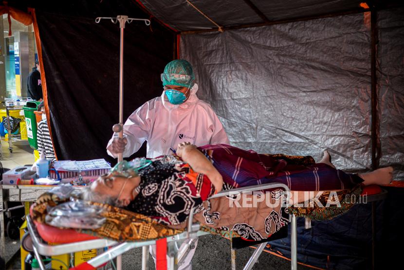Tenaga kesehatan memeriksa pasien di tenda darurat  RSUD Chasbullah Abdulmajid Kota Bekasi, Jawa Barat, beberapa waktu lalu.