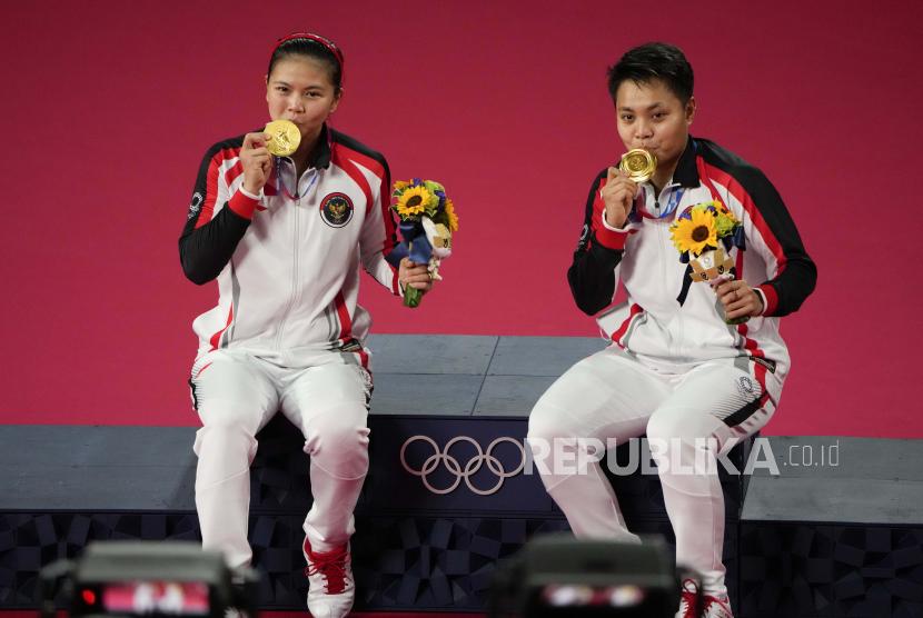 Peraih medali emas Greysia Polii, kiri, dan Apriyani Rahayu merayakan saat upacara perebutan medali emas ganda putri pada Olimpiade Musim Panas 2020, Senin, 2 Agustus 2021, di Tokyo, Jepang.