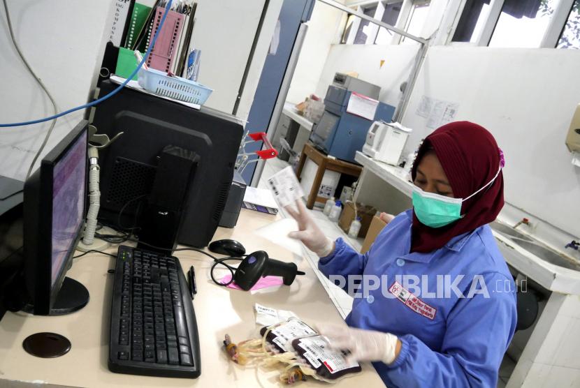 Petugas memeriksa stok darah di PMI Kota Yogyakarta, Rabu (28/4). Stok darah di PMI Kota Yogyakarta sangat tipis saat Ramadhan ini. Setiap Ramadhan jumlah pendonor darah anjlok, sehingga mempengaruhi stok darah di PMI. Imbasnya warga harus mencari pendonor secara langsung jika stok PMI kosong.
