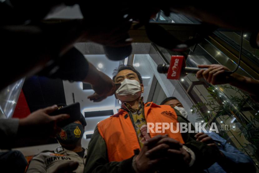 Wakil Ketua DPR RI Azis Syamsuddin mengenakan rompi tahanan usai diperiksa di Gedung Merah Putih KPK, Jakarta, Sabtu (25/9). KPK resmi menahan Azis Syamsuddin setelah ditetapkan sebagai tersangka dalam kasus dugaan suap penanganan perkara di Kabupaten Lampung Tengah.Republika/Thoudy Badai