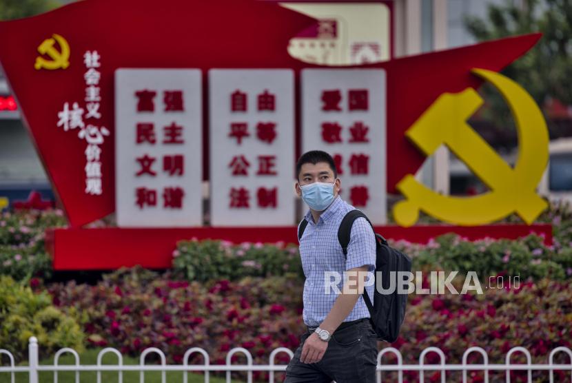 Pria yang mengenakan masker berjalan di stasiun kereta api di Shanghai, Cina, 29 Juli 2021. Cina melaporkan 24 kasus baru COVID-19 yang ditularkan secara lokal, menurut Komisi Kesehatan Nasional. Lebih dari 170 orang telah didiagnosis dengan varian Delta. Wabah utama terjadi di kota timur Nanjing, di provinsi Jiangsu.