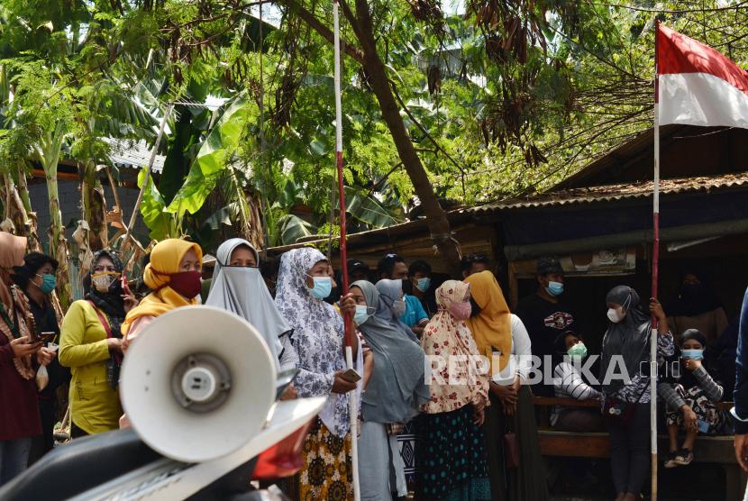 Sejumlah warga berunjuk rasa dalam upaya pencegahan penggusuran bangunan tempat tinggal di lahan sengketa di Kampung Tanah Baru, Tarumajaya, Kabupaten Bekasi, Jawa Barat, Rabu (22/9/2021). Melalui Komisi Nasional Hak Asasi Manusia (Komnas HAM) dan Lembaga Bantuan Hukum (LBH) Jakarta, warga meminta kepada Pemerintah Kota Bekasi untuk tidak melakukan penggusuran sampai ada proses upaya penyelesaian sengketa yang dapat diterima kedua belah pihak yang bersengketa.