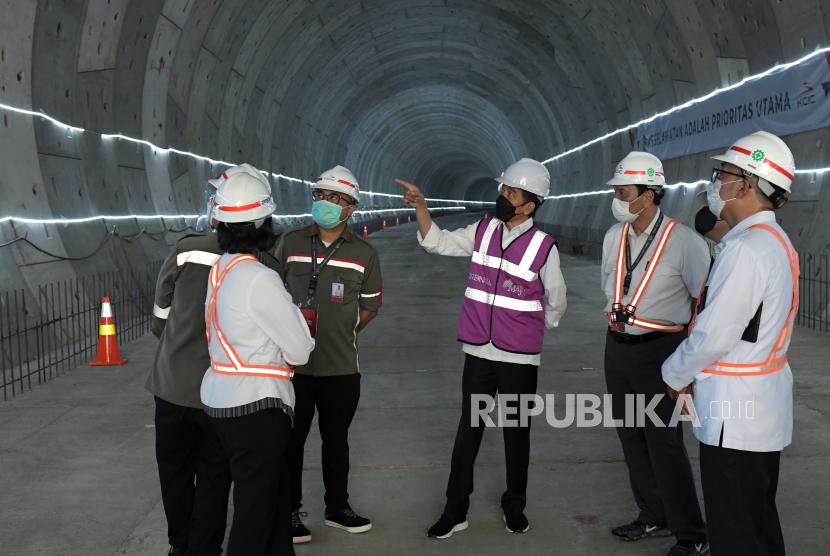 Presiden Joko Widodo (tengah) berbincang dengan Menko Maritim dan Investasi Luhut Binsar Pandjaitan (kedua kanan), Menkeu Sri Mulyani (kedua kiri) Gubernur Jawa Barat Ridwan Kamil (kanan) dan perwakilan PT KCIC saat meninjau pembangunan tunnel proyek kereta cepat di Bekasi, Jawa Barat, Selasa (18/5/2021). Kereta cepat Jakarta - Bandung ditargetkan dapat beroperasi pada akhir 2022.