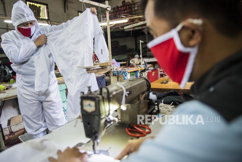 Penjahit memproduksi alat pelindung diri (APD) untuk tenaga medis di Bandung, Jawa Barat, Senin (13/4/2020). Saat ini sudah 150 UMKM binaan telah menjadi mitra memproduksi APD sesuai standar.