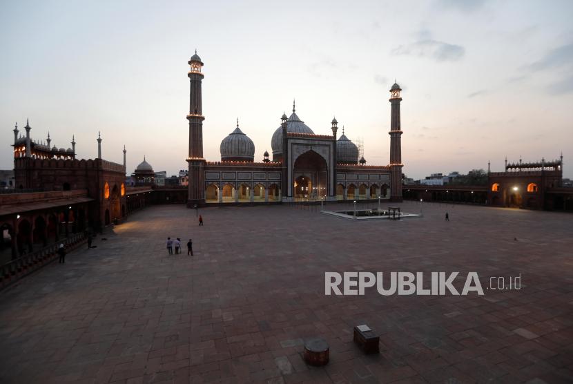 Badai Debu Rusak Struktur Masjid Jama di India. Pemandangan masjid Jama Masjid di kawasan tua Delhi, India, Sabtu (25/4), yang terlihat lengang saat waktu berbuka puasa pada hari pertama puasa Ramadhan ditengah wabah penyakit virus corona (COVID-19). Pengurus masjid meniadakan buka puasa bersama di masjid itu untuk mencegah penyebaran virus Covid-19