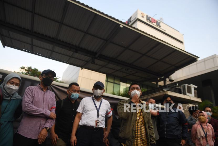 Sejumlah pegawai nonaktif KPK bersama pegiat anti korupsi mengikuti aksi anti korupsi di Jakarta, Rabu (15/9/2021). Aksi tersebut berlangsung sebagai bentuk kekecewaan terhadap pemberantasan korupsi di Indonesia, serta meminta Presiden Joko Widodo untuk membatalkan pemecatan 57 pegawai KPK yang selama ini memiliki integritas tinggi dalam pemberantasan korupsi di Indonesia.