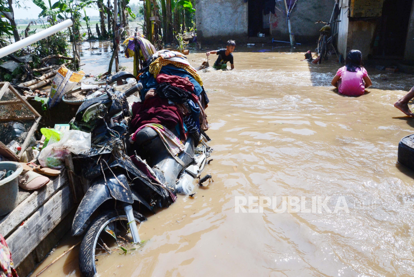 Ratusan rumah terendam banjir dan dipenuhi lumpur akibat tanggul Sungai Cisanggalah jebol di Desa Panyadap, Kecamatan Solokanjeruk, Kabupaten Bandung, Rabu (2/6). Dalam peristiwa tersebut tidak ada korban jiwa, warga bersama petugas terkait terus melakukan pembersihan matrial. Meski demikian, masih terbukanya tanggul membuat warga khawatir banjir susulan jika terjadi hujan.
