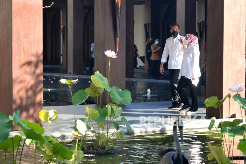 Presiden Joko Widodo (kiri) didampingi Ibu Negara Iriana Joko Widodo (kanan) melakukan kunjungan ke hotel The Apurva Kempinski Bali di Nusa Dua, Badung, Bali, Jumat (8/10/2021). Kunjungan itu untuk meninjau dan memastikan kesiapan lokasi yang rencananya akan digunakan untuk pelaksanaan Konferensi Tingkat Tinggi (KTT) G20 di Bali pada tahun 2022.