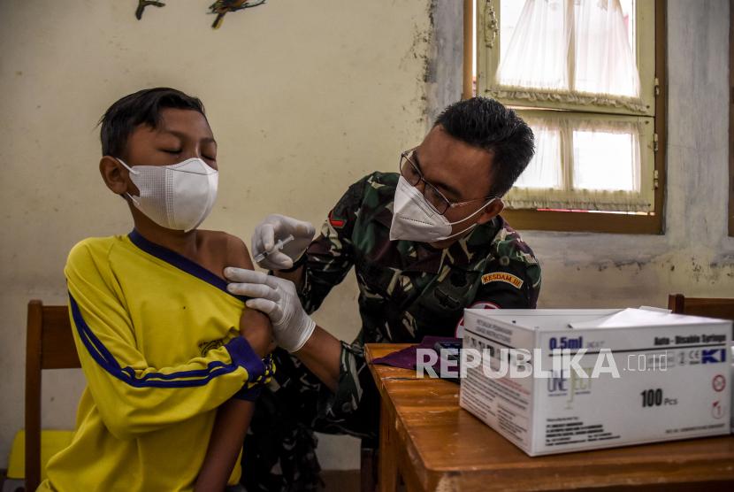 Vaksinator menyuntikkan vaksin Covid-19 ke pelajar di SMPN 7 Bandung, Jalan Ambon, Kota Bandung, Selasa (21/9). Pemerintah mendorong percepatan vaksinasi di wilayah aglomerasi.