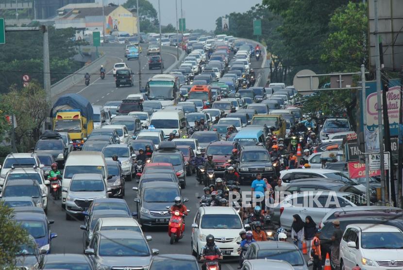 Kemacetan arus balik arah Tol Pasteur, di Jalan Djunjunan, Kota Bandung, Selasa (19/6).