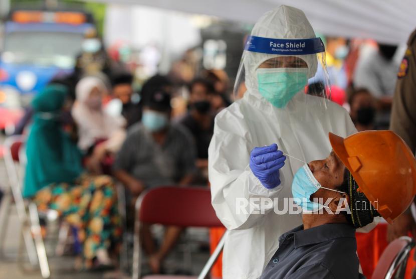 Tenaga kesehatan melakukan tes Antigen kepada warga saat penyekatan di akses masuk Jembatan Suramadu, Surabaya, Jawa Timur, Kamis (17/6/2021). Penyekatan dan tes Antigen dilakukan kepada warga yang akan menuju Pulau Madura melalui Jembatan Suramadu sebagai upaya memutus penyebaran COVID-19.