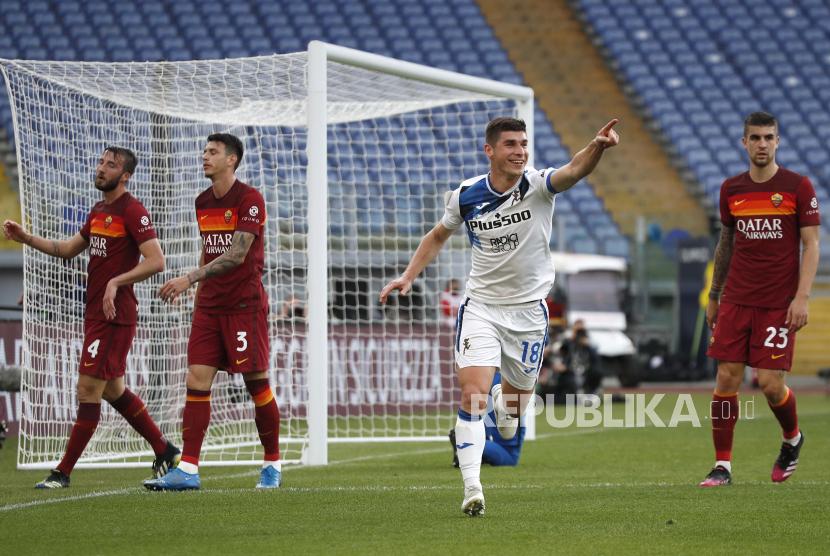 Ruslan Malinovskyi dari Atalanta melakukan selebrasi setelah mencetak gol pertama timnya dalam pertandingan sepak bola Serie A Italia antara Roma dan Atalanta di Stadion Olimpiade Roma, Italia, akhir bulan lalu.