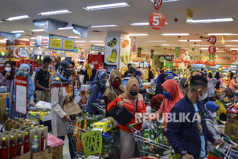 Hukum Berbelanja Menggunakan Uang Digital. Sejumlah pengunjung memadati antrean pembayaran di pusat perbelanjaan di Kabupaten Ciamis, Jawa Barat. Ilustrasi
