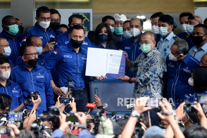 Ketua Umum Partai Demokrat Agus Harimurti Yudhoyono (AHY) menyerahkan berkas kepada Dirjen Administrasi Hukum Umum Kementerian Hukum dan HAM Cahyo Rahadian Muzhar usai menyambangi Kantor Direktorat jenderal Administrasi Hukum Umum Kementerian Hukum dan HAM, Kuningan Jakarta, Senin (8/3). Tujuan kedatangan AHY beserta jajaran pengurus tingkat daerah tersebut ingin menyampaikan pada Kemenkumham, jika kongres luar biasa (KLB) yang digelar kubu Moeldoko di Deli Serdang, Sumatera Utara (Sumut), ilegal.Prayogi/Republika.