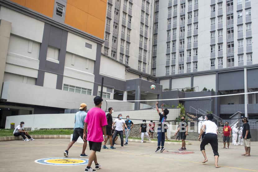 Sejumlah pasien yang terkonfirmasi positif COVID-19 bermain bola voli di Rumah Sakit Darurat COVID-19 (RSDC) Wisma Atlet, Kemayoran, Jakarta, Selasa (17/8/2021).