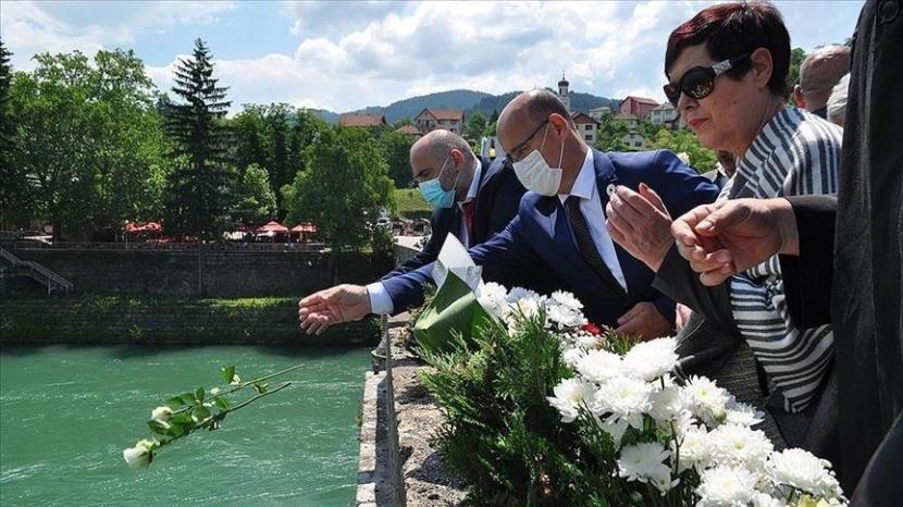 Bosnia dan Herzegovina mengadakan upacara untuk mengenang lebih dari 3.000 orang Bosnia yang dibantai selama perang antara tahun 1992 dan 1995, pada Sabtu (12/6).