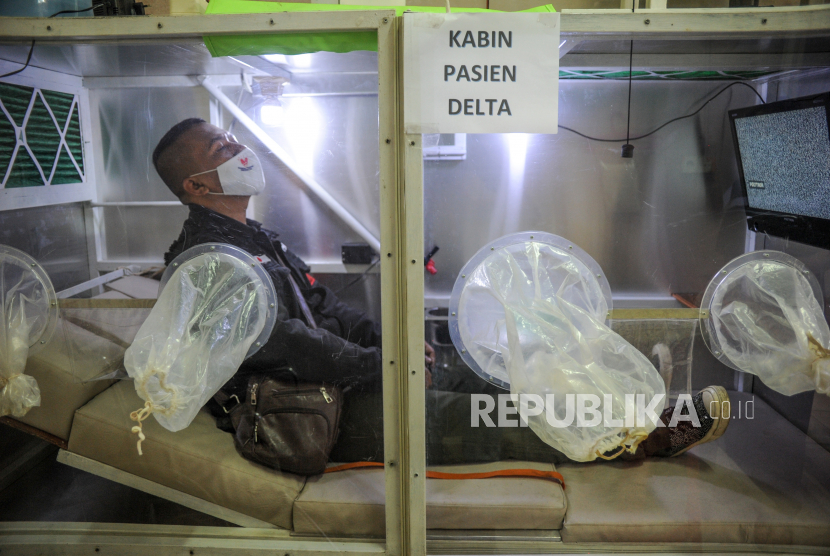 Petugas melakukan simulasi isolasi pasien COVID-19 di dalam kabin di Pasar Andir Trade Center, Bandung, Jawa Barat, Ahad (1/8/2021). Pasar Andir Trade Center bekerja sama dengan perusahaan Sion Safety untuk menyediakan kabin dengan fasilitas memadai seperti toilet, tv, kamera cctv dan telepon bagi pasien COVID-19 di lingkungan Pasar Andir yang akan menjalani isolasi.