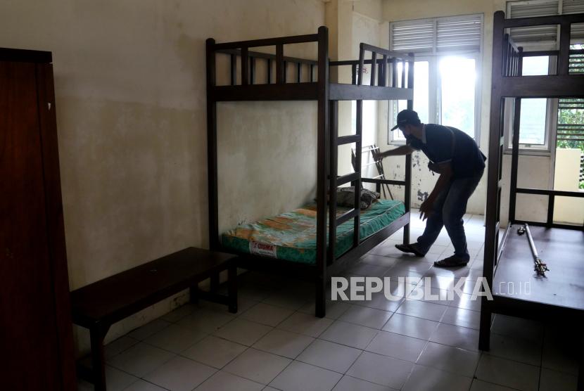 Petugas memeriksa tempat tidur Rusunawa UII di Sleman, Yogyakarta.