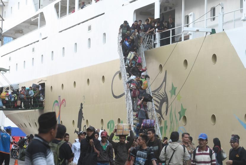 Penumpang turun dari kapal Pelni Labobar asal Balikpapan, Kalimantan Timur, di Terminal Gapura Surya Nusantara, Pelabuhan Tanjung Perak, Surabaya (ilustrasi)