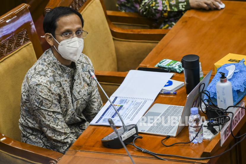 Menteri Pendidikan dan Kebudayaan Nadiem Makarim mengikuti rapat kerja dengan Komisi X DPR di Kompleks Parlemen, Senayan, Jakarta, Kamis (18/3/2021). Rapat tersebut membahas persiapan vaksinasi COVID-19 bagi guru, murid dan mahasiswa serta membahas persiapan pembukaan pembelajaran tatap muka sekolah di bulan Juli.