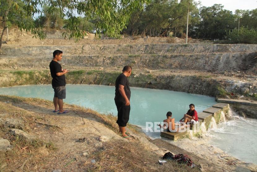 Sejumlah pengunjung sedang menikmati aliran air panas di objek wisata Banyu Panas di desa Palimanan Barat Kecamatan Gempol Cirebon, Jawa Barat, Ahad (17/6).
