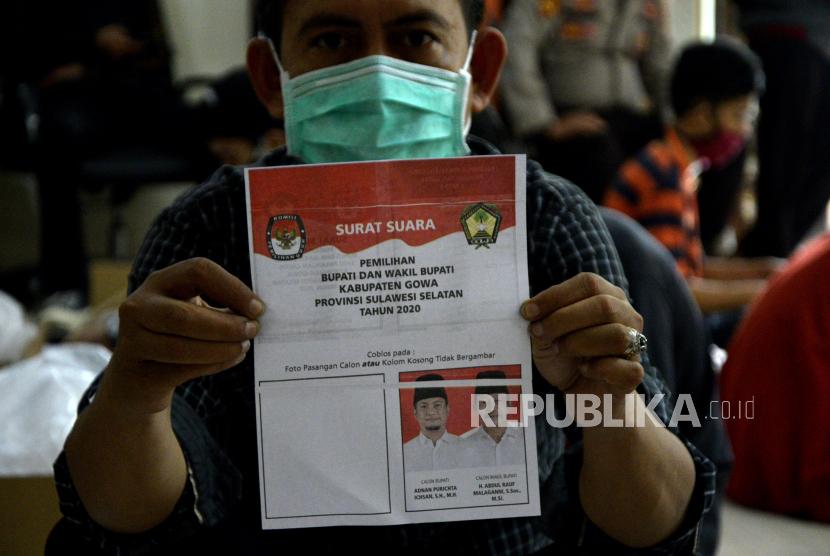 Petugas memperlihatkan surat suara yang rusak saat pelipatan dan penyortiran surat suara Pemilihan Kepala Daerah (Pilkada) Gowa di kantor KPU Kabupaten Gowa, Sulawesi Selatan.  (ilustrasi)