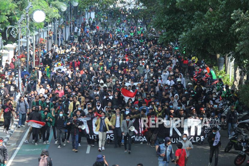 Aksi menolak Pemberlakuan Pembatasan Kegiatan Masyarakat (PPKM) oleh massa gabungan pelajar, mahasiswa, pedagang dan ojol di Kawasan Balai Kota, Jalan Wastukancana, Kota Bandung, Rabu (21/7). Mereka berharap pemerintah segera menghentikan PPKM, karena kebijakan tersebut dianggap telah menyengsarakan rakyat.