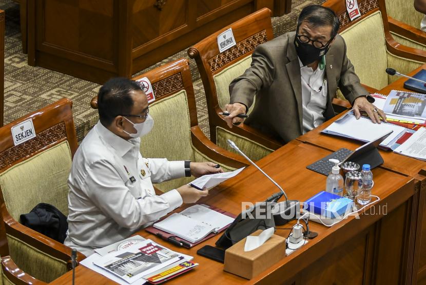 Menteri Hukum dan HAM Yasonna Laoly (kanan) bersama Sekjen Kementerian Hukum dan HAM Komjen Pol Andap Budhi Revianto (kiri) mengikuti Rapat Dengar Pendapat (RDP)  dengan Komisi III DPR di Kompleks Parlemen, Senayan, Jakarta, Rabu (17/3/2021). Rapat tersebut membahas evaluasi kinerja tahun 2020 dan program prioritas tahun 2021 serta tindak lanjut penyelesaian permasalahan terhadap kesimpulan rapat kerja sebelumnya.