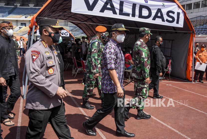 Menteri Kesehatan Budi Gunadi Sadikin (kedua kiri) bersama Kapolri Jenderal Pol Listyo Sigit Prabowo (kiri) dan Panglima TNI Marsekal TNI Hadi Tjahjanto (kedua kanan) berjalan saat meninjau pelaksanaan vaksinasi massal Covid-19 di Stadion Gelora Bandung Lautan Api (GBLA), Gedebage, Kota Bandung, Kamis (17/6). Dalam peninjauan tersebut, Menkes, Panglima TNI, Kapolri dan Kepala BNPB mengimbau warga agar senantiasa tetap menjaga protokol kesehatan dan mewaspadai penularan Covid-19 meski telah divaksin.