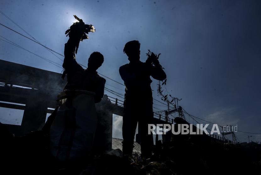 Wagub Jabar UU Ruzhanul Ulum mengingatkan masyarakat untuk mengelola sampah rumah tangga. (ilustrasi).