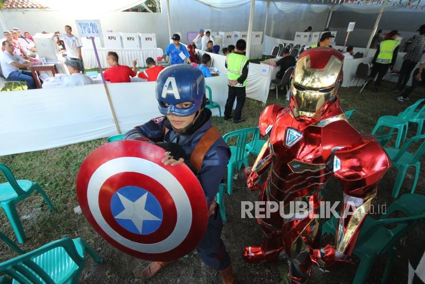 Dua petugas memakai kostum super hero dalam Pilkada Serentak 2018, di Tempat Pemungutan Suara (TPS) 20, 21 dan 22, di Cigadung, Kota Bandung, Rabu (27/6).