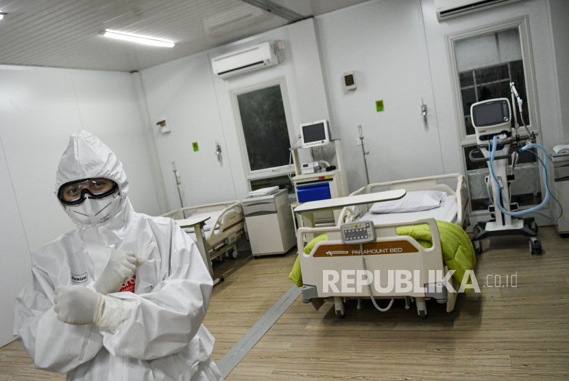 Seorang dokter berdiri di dalam salah satu ruang modular di Rumah Sakit Pertamina Jaya, Cempaka Putih, Jakarta, Senin (6/4/2020). Rumah Sakit darurat COVID-19 tersebut berkapasitas sebanyak 160 tempat tidur dalam ruangan dan 65 kamar isolasi bertekanan negatif untuk merawat pasien positif COVID-19 sesuai standar yang ditetapkan oleh Organisasi Kesehatan Dunia atau WHO