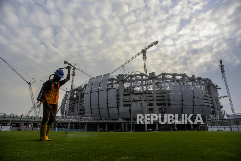 Pekerja melakukan perawatan lapangan Jakarta International Stadium (JIS) di kawasan Papanggo, Jakarta, Selasa (21.9). PT Jakarta Propertindo (Jakpro) mencatat pembangunan JIS yang berkapasitas 82.000 penonton itu telah mencapai 71 persen dan ditargetkan rampung pada Desember mendatang. Republika/Putra M. Akbar