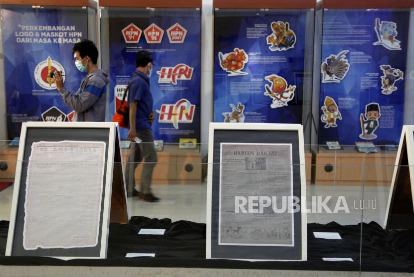 Pengunjung mengamati dokumentasi perkembangan logo dan maskot HPN yang dipajang pada pameran virtual peringatan Hari Pers Nasional di Monumen Pers Nasional Solo, Jawa Tengah, Selasa (9/2).