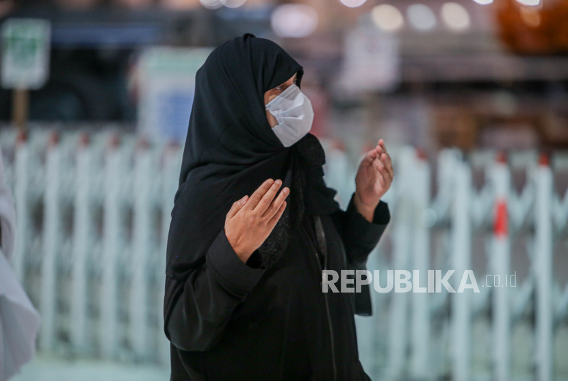 Jamaah Umroh Wanita Selama pandemi Tembus 1 Juta Orang. Sebuah foto selebaran yang disediakan oleh Kementerian Haji dan Umrah Saudi menunjukkan umat Islam mengenakan masker wajah dan menjaga jarak aman saat mereka melakukan umrah di sekitar Ka