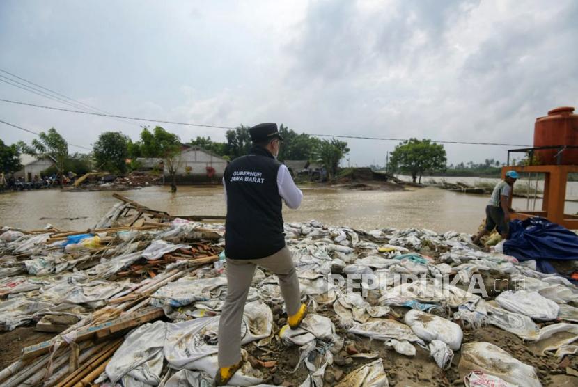Gubernur Jawa Barat Ridwan Kamil (Emil) meninjau perbaikan tanggul Sungai Citarum yang jebol di Kecamatan Pebayuran, Kabupaten Bekasi, Selasa (23/2). Emil bergarap perbaikan tanggul dilakukan secepat-cepatnya.