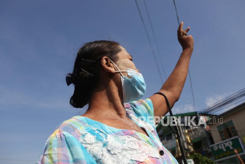 Demonstran memberikan hormat tiga jari selama protes terhadap kudeta militer di Mandalay, Myanmar, 21 Mei 2021.